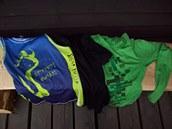 Zleva: běžecký nátelník ze syntetické tkaniny, Merino triko s krátkým rukávem o...