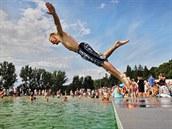 Nové koupaliště v Blovicích má zajímavost, dvě laguny, které na výšku dělí...