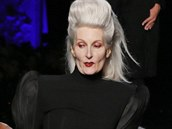 Modelka Carmen Dell�Orefice na p�ehl�dce Jean Paul Gaultier ve sv�ch 83 letech...