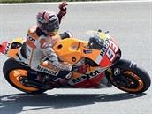 Marc Márquez slaví triumf v kvalifikaci MotoGP na VC Německa.