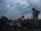 Trosky letounu malajsijských aerolinek s 298 lidmi na palubě, který se zřítil...