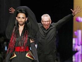 Zp�va�ka Conchita Wurst a n�vrh�� Jean Paul Gaultier na jeho p�ehl�dce Haute Couture: podzim - zima 2014/2015