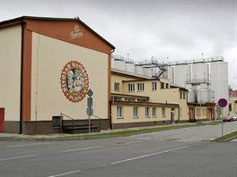 Před budovou Gambrinusu. Nejprodávanější české pivo připravuje asi třicet lidí.