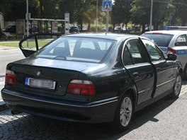 Pachatele dopadli policisté u hřbitova v hradeckých Kuklenách. Ve voze BMW nalezli a zajistili část lupu. (15. 7. 2014)