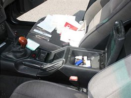 Ve voze BMW policisté nalezli část lupu od pachatele, který strhával ženám z krku řetízky. (15. 7. 2014)