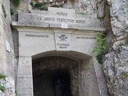 První z dvaapadesáti: tento tunel s pořadovým číslem 1 patří na Stezce 52...