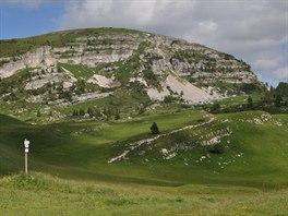 Planina u chaty Rifugio Vincenzo Lancia, v pozadí vrchol Col Santino (2 122 m)