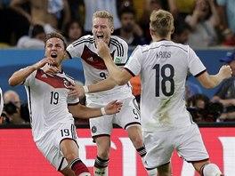 EXTÁZE. Německý náhradník Mario Götze (s číslem 19) jásá se svými německými...
