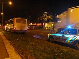 Tragická nehoda, při které autobus srazil na přechodu muže