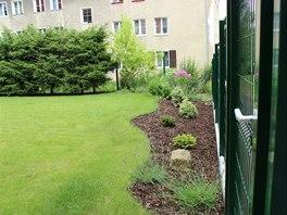 Pozemek je oplocený plotovými dílci se vstupní brankou do zahrady.