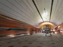 Stanice metra Pet�iny je nejv�t�� ra�en� prostor pra�sk�ho metra. Jej� klenba je v hloubce 30 metr� pod ter�nem. V prim�rn�m ost�n� je dlouh� 217 metr� (bez obratov�ho tunelu), vysok� je zhruba 16 metr� a �irok� 22 metr�.