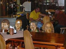 Slavné židle s hlavami v restauraci Rejvíz