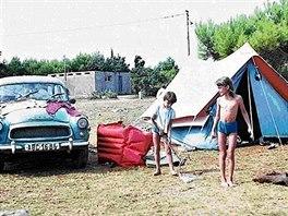 Dana Emingerová jako dítě na dovolené s rodinou pod stanem