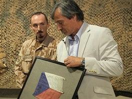 Vojáci ministrovi Stropnickému darovali vlajku z výbuchem poškozeného obrněnce.