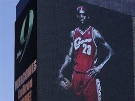 VÍTEJ DOMA! Cleveland Cavaliers vítějí LeBrona Jamese obřím billboardem.