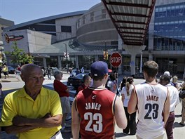 Někteří fanoušci Clevelandu Cavaliers čekali na verdikt LeBrona Jamese před...