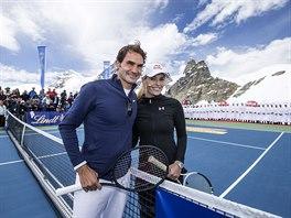 SPOLEČNĚ NA LEDOVCI. Roger Federer a Lindsey Vonnová pózují během exhibice na švýcarském ledovci.