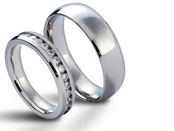 Oce�te lesk �perk� z oceli, snubn� prsteny z wolframu i kr�su perel