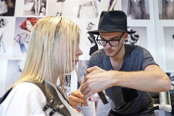 Vlasový stylista Daniel Pašek začal tím, že vlasy zkrátil o tři centimetry.