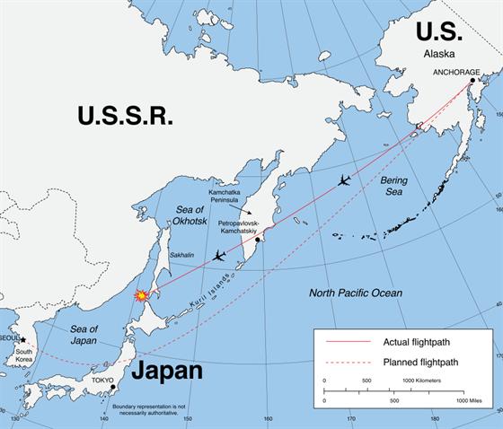 Mapa letu KAL 007, plná čára značí jeho let a přerušovaná, kde měl letět