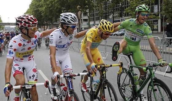 ŠAMPIONI. Na startu závěrečné etapy Tour de France se sešli vítězové jednotlivých soutěží (zleva): vrchař Majka, mladík Pinot, celkový šampion Nibali a Slovák Sagan coby nejrychlejší spurter.