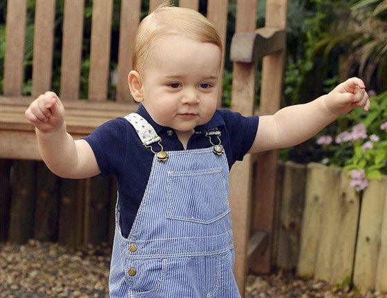 Princ George je�t� p�ed prvn�mi narozeninami za�al s�m chodit.