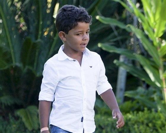 Cristiano Ronaldo junior se prý ptá na matku. Její totožnost mu ale otec...