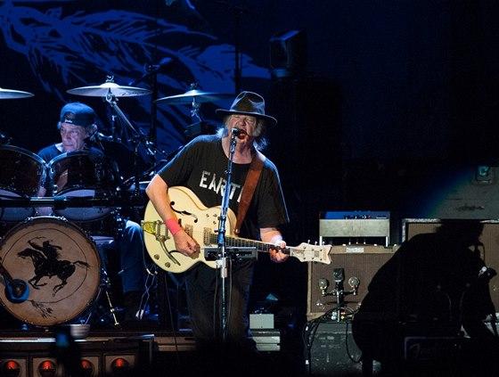 Neil Young & Crazy Horse (v pozdaí bubeník Ralph Molina)