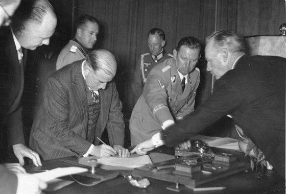 30. z��� 1938 � francouzsk� premi�r �douard Daladier podepisuje Mnichovskou...