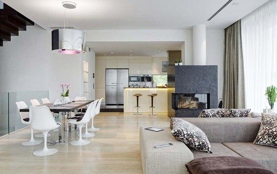 Společnému obývacímu prostoru dominují jemné teplé přírodní odstíny. Smirkovaná