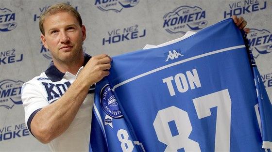 Petr Ton p�zuje s dresem Komety Brno.