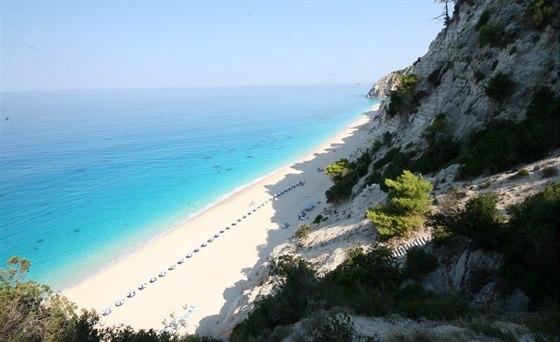 Řecký Karibik – nekonečná pláž Egremni na Lefkadě pod 150 metrů vysokým útesem