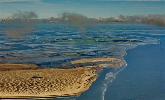 Letecký pohled na watty u západního pobřeží Šlesvicka-Holštýnska: v popředí...