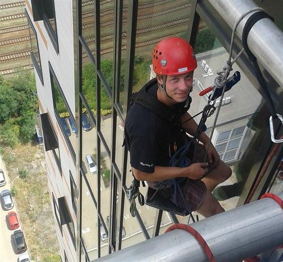 Myč oken. Ondra a jeho práce ve sto metrech nad zemí.