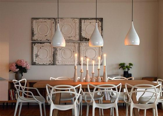 V jídelně přibyly bílé designové plastové židle Masters, které pro značku...