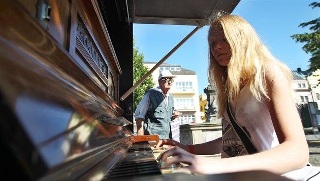 Piano na náměstí v Rychnově nad Kněžnou láká kolemjdoucí.