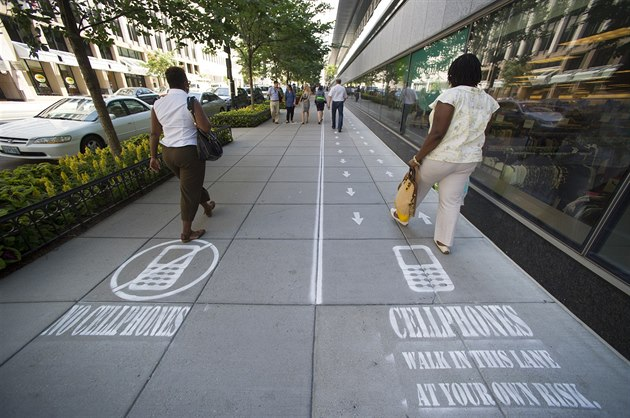 Pruh pro chodce s mobilem najdete pod�l Osmn�ct� ulice ve m�st� Washington D.C.