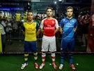 Arsenal s velkou slávou představil nové dresy. Zleva Santi Cazorla, Mikel...