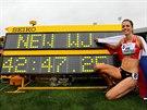 Anežka Drahotová spokojeně ukazuje na tabuli s juniorským světovým rekordem,...