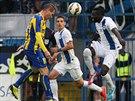 Fotbalisté Liberce (v bílém) se brání útočnému pokusu Košic. Hlavičkuje...