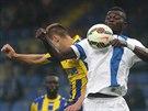 Liberecký fotbalista Sackey elegantně zpracovává míč v souboji s košickým...