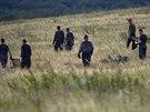 Záchranáři pátrají po ostatkách obětí pádu malajsijského boeingu (19. července...