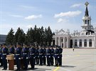 Ceremonie na letišti v Charkově, odkud odletí letoun s ostatky některých obětí...