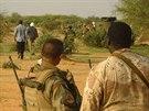 Francouzští vojáci dozorují nad oblastí, kde spadlo alžírské letadlo (27....
