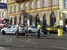 Nehoda v Hybernské ulici, kde řidič BMW naboural do zaparkovaných aut. Jedno z...