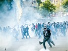 Ve Francii protesty p�erostly v n�sil�.