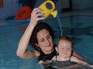 Než je dítě připraveno k nácviku plaveckého stylu, musí si zvyknout na vodu v...