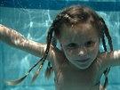 Při potápění zapomeňte na zacpání nosu a zavřené oči.