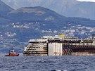 Remorkéry vlečou vrak lodi Costa Concordia do přístavu v Janově (27. července...