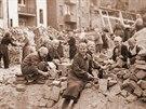 Odklízení trosek po náletu v roce 1944.